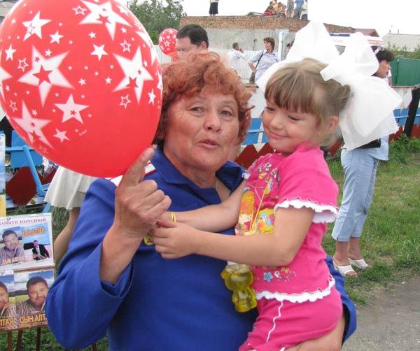 Александра Попова, жительница Смоленского района с внучкой