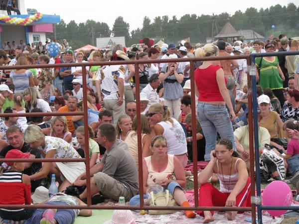 Зрители заполняют стадион...