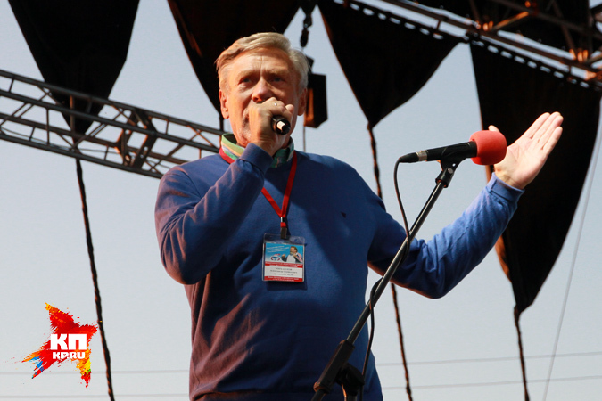 Александр Михайлов на сцене стадиона «Старт». Фестиваль «Земляки» им. М.Евдокимова — 2015