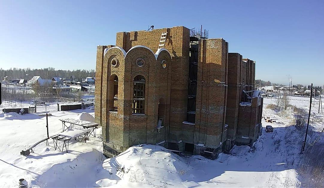 Скриншот видеокамеры, строительство Храма в Верх-Обском